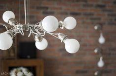 <p>Nawet skromna aranżacja wnętrz może stać się bardzo interesująca. O ile potrafimy zadbać o odpowiednie oświetlenie. Pomogą nam w tym między innymi dobrze dobrane lampy, kinkiety i żyrandole. Efekt wzmocnią dekoracje świetlne, które są obecnie bardzo modne w wystroju wnętrz. Salon powinien mieć oświetlenie górne, jak i boczne. W salonie sprawdzą się żyrandol lub plafoniera, kinkiety, lampy stojące, jak i lampy wiszące np. nad stołem.</p>