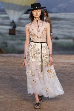The complete Christian Dior Resort 2018 fashion show now on Vogue Runway. Dior Haute Couture, Style Couture, Couture Fashion, Boho Fashion, High Fashion, Fashion Dresses, Womens Fashion, Fashion Design, Style Fashion
