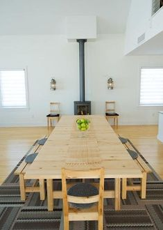 Love the affordability of this dining space. Ikea table, flor tiles, basic decor. Perfect starter vacation home.