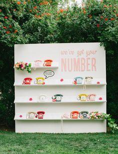 Je suis tombée sur cette idée géniale et colorée: un mur de téléphones vintage en guisede plan de table! Une idée super originale de plan de table qui pourra être reprise facilement. Vous pourrez trouver des téléphones vintage dans les brocantes. ©Jessica Kettlevia greenweddingshoes Retrouvez d'autres idées de plan de table Anne-Charlotte Illustratrice & Blogueuse …