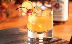 Unlike other cocktails, the Whiskey Sour cocktail only has two variations, the Bourbon Sour with egg white and the Ward with orange juice and grenadine. Bourbon Whiskey, Whisky Sour, Good Whiskey Drinks, Best Irish Whiskey, Bourbon Sour, Top Drinks, Whiskey Cocktails, Classic Cocktails, Alcoholic Drinks
