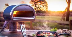If you've dreamed of a backyard brick oven so that you can do more than just grill al fresco, Roccbox's portable stone oven may be the perfect solution. Pizza Au Four, Pizza Napolitaine, Fire Pizza, Pizza Bake, Pizza Dough, Stone Pizza Oven, Gas Pizza Oven, Portable Pizza Oven, Pizza Ovens