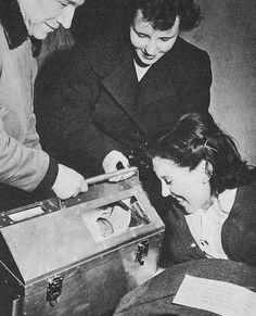 Bebé dentro de una maleta-incubadora portátil (1950)