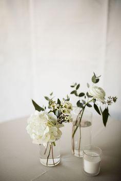 Modern Wedding Centerpieces, Simple Wedding Bouquets, Simple Centerpieces, Wedding Table Settings, Wedding Decorations, Neutral Wedding Decor, Neutral Wedding Flowers, Wedding Reception Flowers, Floral Wedding