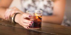 Je hebt het vast weleens gehoord: cola zou goed helpen als je misselijk bent. Maar is dat eigenlijk wel waar? De mening van een hoogleraar voedingsleer.
