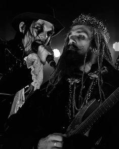 Kungen remains so calm despite Johannes trying to eat a vegan microphone in front of him. Nom Nom  ...in a seriousness this photo makes me laugh. Avatar in Detroit, MI in February 2018. #avatar #avatarband #avatarmetal #avatarcountry #jonasjarlsby #timöhrström #johnalfredsson #henriksandelin #johanneseckerström #metal #metallica #ironmaiden #guitarplayer #korn #live #photography #portrait #king #musicians #beastmode #songwriter @avatarmetal #heavymetal #rockmusic #artist #guitar #guitar...