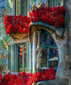 Casa batlló, Spain engalanada amb roses per celebrar la Diada de St. Jordi