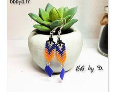 Boucles d'Oreilles en Perles Miyuki Délicas tissées à la main. Crochets d'Oreilles , forme de Plume bleu, orange
