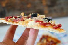 Pizza cu crusta subtire se prepara cu aluat dospit la rece, care se lasa o zi in frigider. Merita sa asteptati, pizza va iesi delicioasa! Jamie Oliver, Quesadilla, Pepperoni, Pizza, Tacos, Ethnic Recipes, Food, Quesadillas, Essen