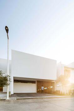 Construido en 2016 en Zapopan, México. Imagenes por César Béjar . La casa esta ubicada en un terreno con medidas y topografía regular , sin servidumbres laterales , en un fraccionamiento privado del oriente de la...