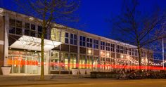 DE VERKADEFABRIEK.In een voormalige koekfabriek van Verkade is tegenwoordig het culturele centrum van Den Bosch gevestigd. Je kunt in de fabriek terecht voor de meest uiteenlopende activiteiten en avondjes uit. In de theaterzalen staat cabaret naast producties van het Nationale Toneel, en zijn er voor de kids voorstellingen en allerlei workshops te volgen. Ook is er een ruim filmaanbod en draaien er ongeveer 15 films per dag. En dan is er ook nog eens een restaurant waar je heerlijk kunt…