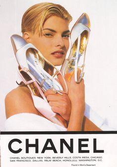 Linda Evangelista by Karl Lagerfeld for Chanel Spring/Summer Ad, 1991 Linda Evangelista, Top Models, Vintage Chanel, Vintage Shoes, Estilo Coco Chanel, Gabrielle Bonheur Chanel, Fashion Advertising, Advertising Campaign, Latest Shoe Trends