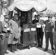 Buenos Aires, década del 30. Kiosco ambulante para la venta de cigarros, habanos, puros, holandeses y cigarrillos, sin filtro, claro.