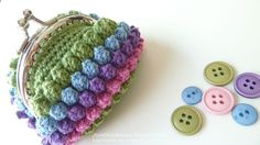 Bunch of crochet coin purses pattern worth to look and make. Crochet Change Purse, Crochet Coin Purse, Crochet Tote, Crochet Handbags, Crochet Purses, Crochet Diy, Easy Crochet Patterns, Love Crochet, Crochet Chain