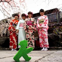 【ampelmann_berlin】さんのInstagramをピンしています。 《I'm pretty sure I'm the last thing you'll see on the picture because the Geishas and cherry blossoms are too wonderful to be overlooked. I had the best time in Japan and got very fond of the cultural diversity there is. Thank you for being such great hosts! I'm already planning another visit! :) #Ampelmann #AmpelmannWorldWide》