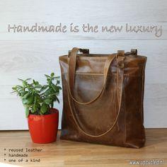 Handgemaakte tas van een oude leren bank. www.upcycled.nl