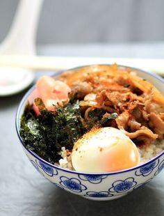 Yoshinoya-style gyudon / Japanese beef bowl rice with onsen egg and roasted seaweed topping