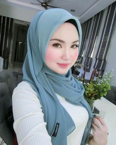 Pin Image by Stuff Fashion Beautiful Muslim Women, Beautiful Hijab, Young And Beautiful, Beautiful Eyes, Casual Hijab Outfit, Hijab Chic, Hijab Style Tutorial, Turban Tutorial, Moslem