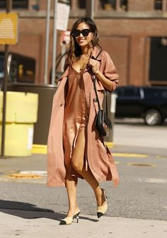 Street Style na NYFW. Vestido camisola seda. Trench coat. Sapato Mule Chanel. Slip dress.