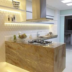 Que cozinha mais linda!! O porcelanato 3D se destacou com a iluminação em led. Por Poliana Pinheiro