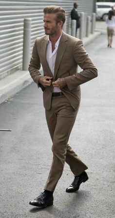 David Beckham with a business casual combo with a tan suit white button up shirt brown leather belt brown socks brown dress shoes Der Gentleman, Gentleman Style, Mens Fashion Blog, Mens Fashion Suits, Style Fashion, Fashion Styles, Costume Marron, David Beckham Suit, David Beckham Style 2018