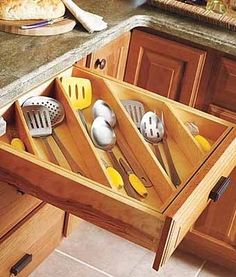 порядок на полках и ящиках в кухонном шкафу