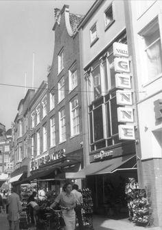 Gevels van winkelpanden in de Diezerstraat in het centrum van de stad; o.a. de Hema, De Gruyter en van Genne. Deze laatste was een schoenenzaak. De Gruyter was een winkelketen in levensmiddelen. De winkels hadden meestal een luxe interieur.