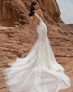"""""""Mi piace"""": 4,971, commenti: 67 - Pnina Tornai (@pninatornai) su Instagram: """"#TBT to this #WindUponWater Collection gown! Who needs jewelry with a back like that? 📸…"""""""