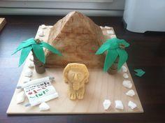 Nächste Torte für Kindergeburtstag – der Bruder vom Feuerwehrfan war dran, er interessiert sich aktuell für Ägypten und sollte daher eine Pyramidentorte bekommen. Erstmal ein Bild vom (fast) …