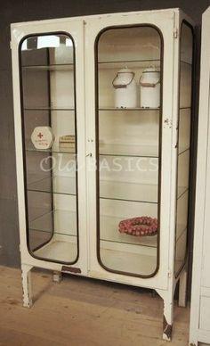 Prachtige oude industriele vitrinekast; deze ijzeren apothekerskast is een mooi voorbeeld van industrieel brocante! Verkrijgbaar bij www.old-basics.nl . Leuk als vitrinekast in de woonkamer en een eyecatcher in de badkamer of keuken!