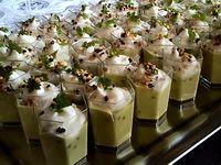 Verrines de crème de petits pois, crème fouettée et morceaux de noix.