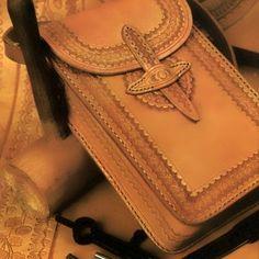 Bolsa de cuero con repujado a mano, dimensiones de 20 cm de ancho, 28 cm de altura y unos 8 cm de anchura.
