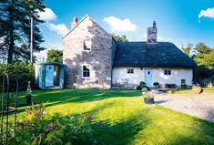 Whether you're a rural soul looking to update your village gem, or a city dweller that longs for living the good life, satisfy your country home cravings with these inspiring renovated properties Cottage Extension, Cottage Homes, Cottage Gardens, Period Living, Welcome To My House, Thatched Roof, Beautiful Homes, Country Homes, Country Life