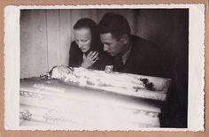 Touching Vintage Post-Mortem Photo Of Baby In Coffin - Mother & Father Mourning Kid Photos, Baby Photos, Memento Mori Photography, Post Mortem Photography, Head In The Sand, Celebrity Deaths, Angel Babies, Antique Pictures, Creepy Pictures