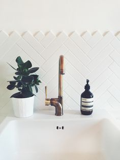 Cheap And Easy Diy Ideas: Chevron Tile Backsplash backsplash behind stove grout.Country Backsplash Home tan subway tile backsplash. Subway Tile Patterns, Downstairs Toilet, Deco Design, Tile Design, Design Miami, Design Design, White Tiles, Bathroom Inspiration, Bathroom Ideas