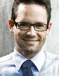 """Alexander Groth ist Bestsellerautor der Bücher """"Führungsstark im Wandel"""" sowie """"Führungsstark in alle Richtungen"""" und gehört zu den renommiertesten Führungsexperten in Deutschland. Er ist Lehrbeauftragter für """"Change Management"""" und """"Rhetorik"""" an der angesehenen BWL-Fakultät der Universität Mannheim, sowie Leiter des Master-Moduls """"Leadership"""" an der Universität Stuttgart. Zu seinen Kunden gehören die Führungsetagen internationaler Konzerne."""