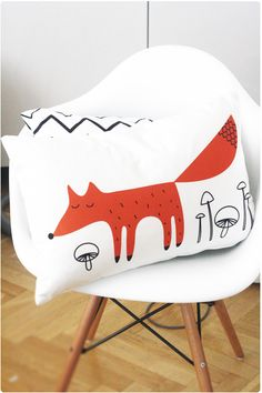 Räven raskar (Fox surprises) fox pillow
