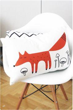 Räven raskar (Fox surprises) fox pillow