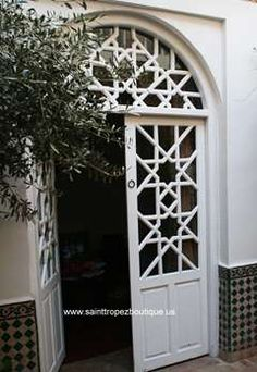 Romanesque shape with moroccan wood lattice detail