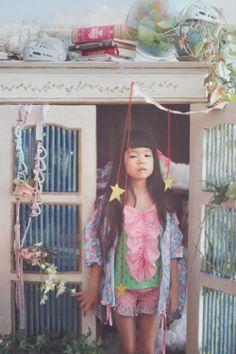 """chamado """"Princess And The Pea"""" (""""a princesa e a ervilha"""", um conto clássico) clicadas pela fotógrafa Lissy Elle para a linha de roupas infantis japonesa FaFa clothing. Fiquei apaixonada! A pequena fofa se chama Kiki e é filha da dona da marca."""