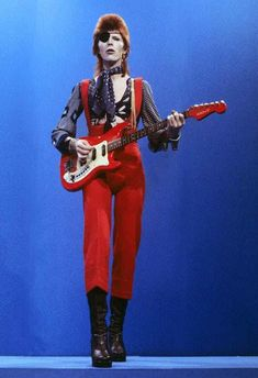 On January 2016 David Bowie tragically died, aged after an 18 month-long battle with cancer. Here's a cut of Bowie's finest sartorial moments. Glam Rock, Costume David Bowie, David Bowie Fashion, Ziggy Played Guitar, El Rock And Roll, David Bowie Ziggy, Bowie Ziggy Stardust, Rock Poster, The Thin White Duke