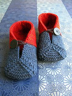 Knitting Patterns Slippers fold up slippers–cute, like the color idea, maybe I could do this in cloth rather than crochet Knitting For Kids, Knitting Socks, Knitting Needles, Knitting Projects, Baby Knitting, Crochet Projects, Crochet Shoes, Knit Or Crochet, Crochet Baby