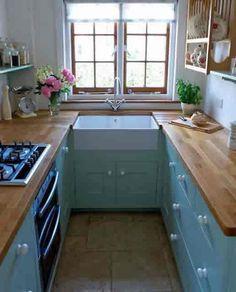 Kleine Küche mit einem ausgeklappt Fenster
