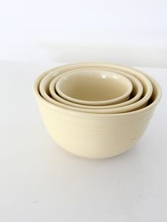 vintage Oxford stoneware mixing bowls set of 4 circa - cream stoneware mixing bowls - nested collection - ribbed bands at top of the bowls - Oxford Stoneware marks on bottom of smallest three bo Vintage Bowls, Vintage Dishes, Vintage Kitchen, Farmhouse Dinnerware Sets, Pyrex Mixing Bowls, Pottery Bowls, Vintage Pottery, Bowl Set, Stoneware