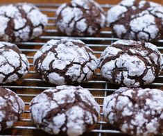 Chocolate crinkle cookies are a cookie fans favorite, especially during the holidays. They are easy to make and packed with yummy chocolate flavor. Chocolate Crinkle Cookies, Chocolate Crinkles, Ice Cream Cookies, Cake Mix Cookies, Yummy Cookies, Cookies Et Biscuits, Tapioca Cake, Clay Pizza Oven, Chocolate Flavors