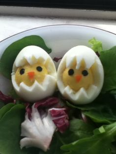 Cute for Easter! Carefully cut zig-zags out of a hard boiled egg, make little triangles out of carrot for the beaks, and hole-punched nori for the eyes.
