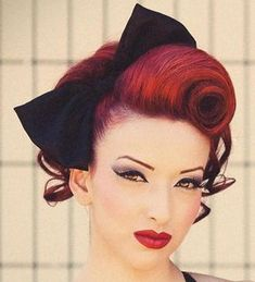 Retro Hairstyles The Best 30 Pin Up Hairstyles For Glamorous Retro Girls - Feel like you were born in the wrong decade? Check out the best vintage pin up hairstyles for glamourous girls who love victory rolls and Bettie bangs. Glamour Vintage, Vintage Updo, Vintage Makeup, 50s Vintage, Vintage Style, Pelo Guay, Rockabilly Stil, Rockabilly Short Hair, Rockabilly Fashion