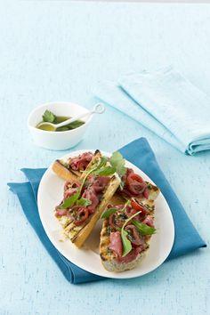 Vuoi provare qualcosa di diverso dalla classica bruschetta al pomodoro? Sperimenta 20 nuove ricette di bruschette sfiziose con tanti ingredienti estivi.