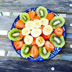 Amazing kiwi, strawberry, banana plate😍