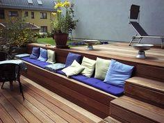 Bankirai-Terrasse mit Treppe und integrierter Bank Bankirai terrace with stairs and integrated bench Terrasse Design, Wooden Terrace, Outdoor Sofa, Outdoor Decor, Built In Bench, Exterior, Enjoy Summer, Terrace Garden, Cozy House